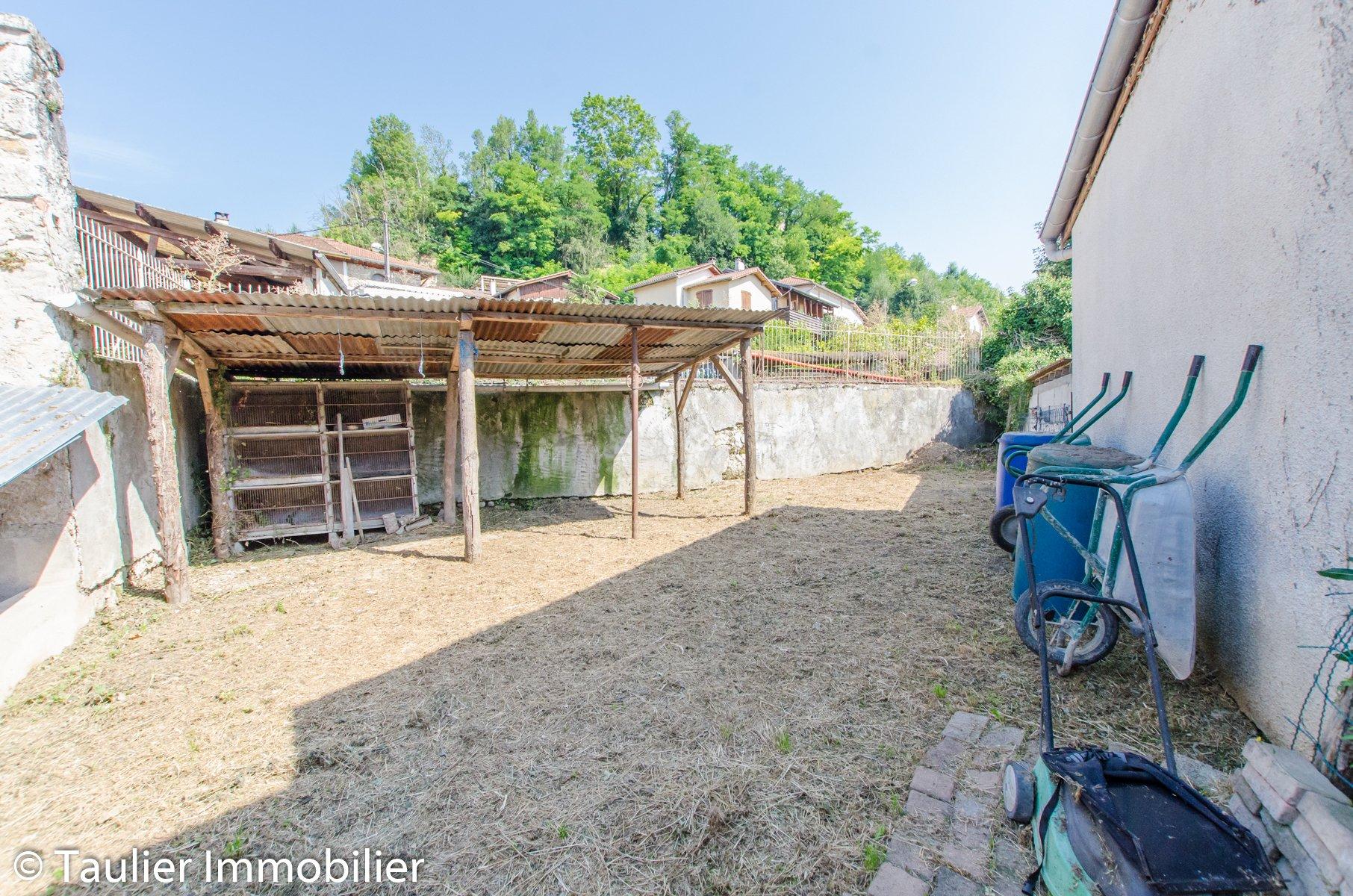 Maison de village à rénover, avec jardin