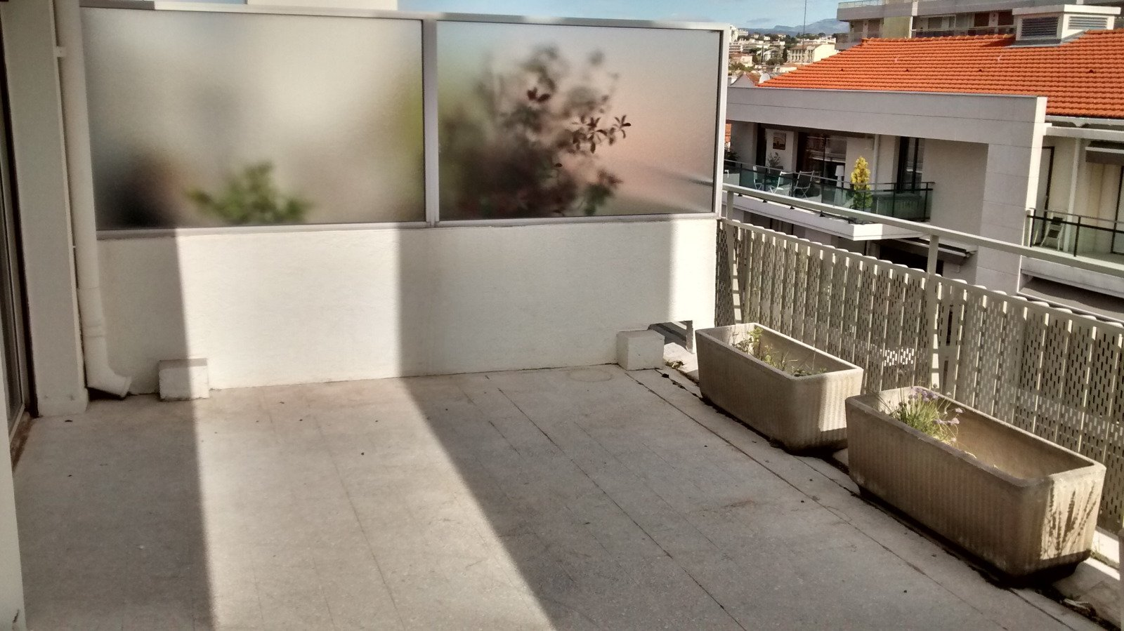 Spacious F2 in last floor with terrace near rue d'Antibes