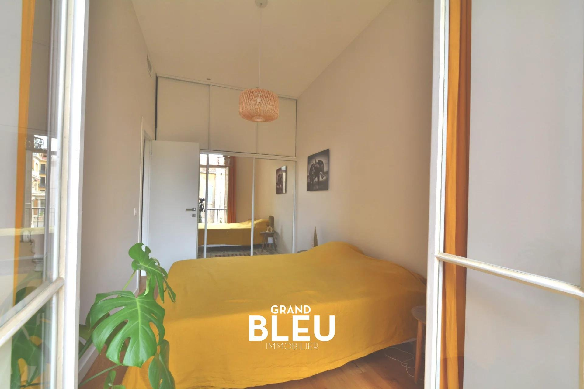 Golden square, 300m from the sea, beautiful bourgeois, quiet, with balcony