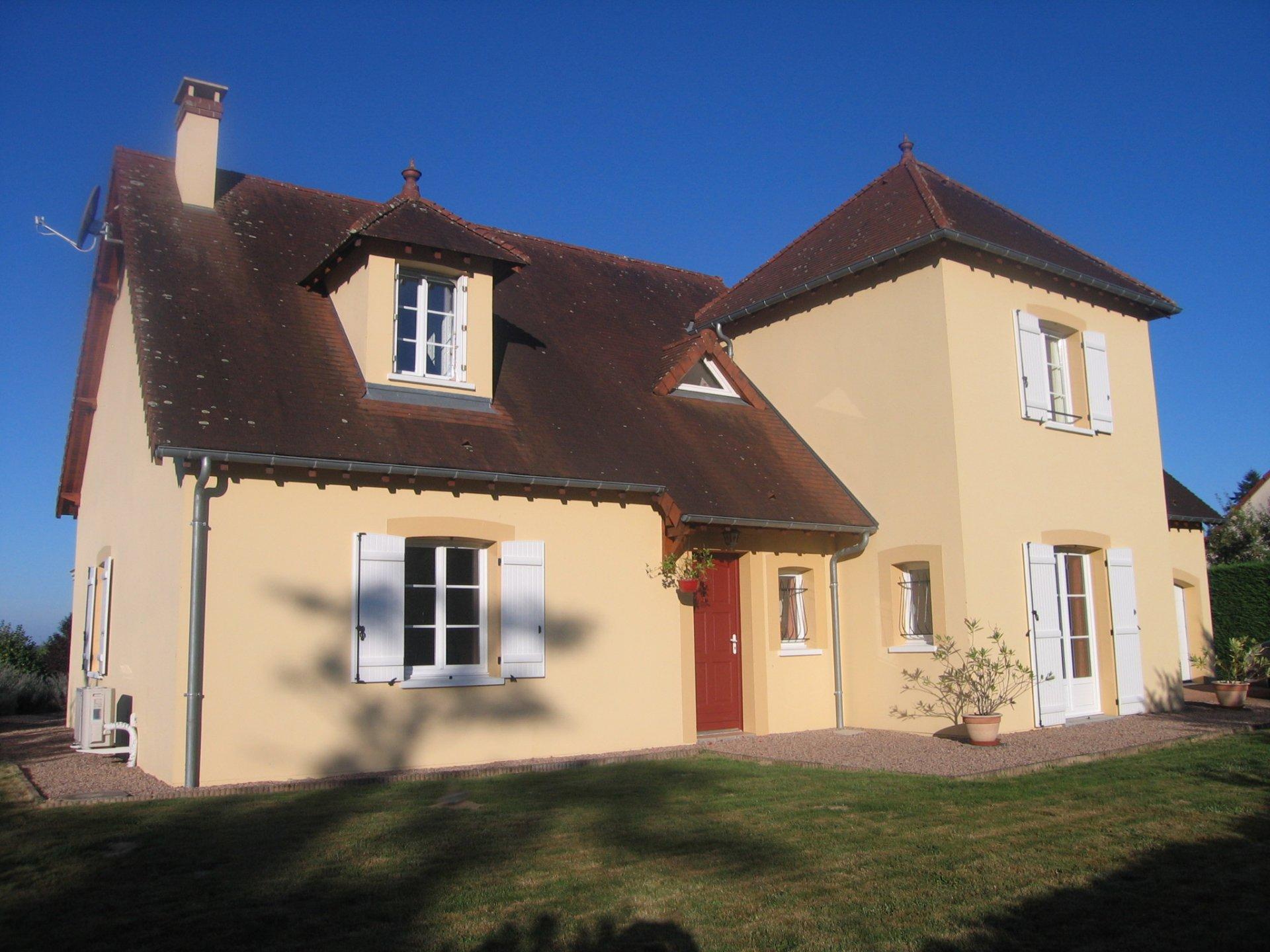Villa moderne avec tour à vendre près de Château-Chinon.