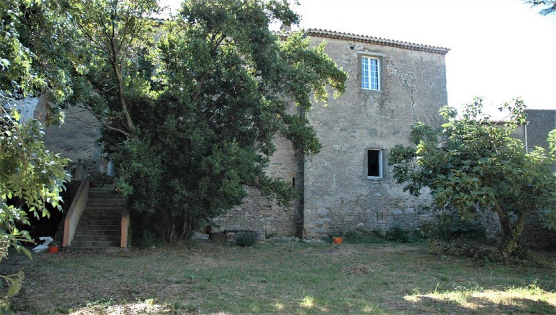 Une partie d'un château médiéval avec jardin