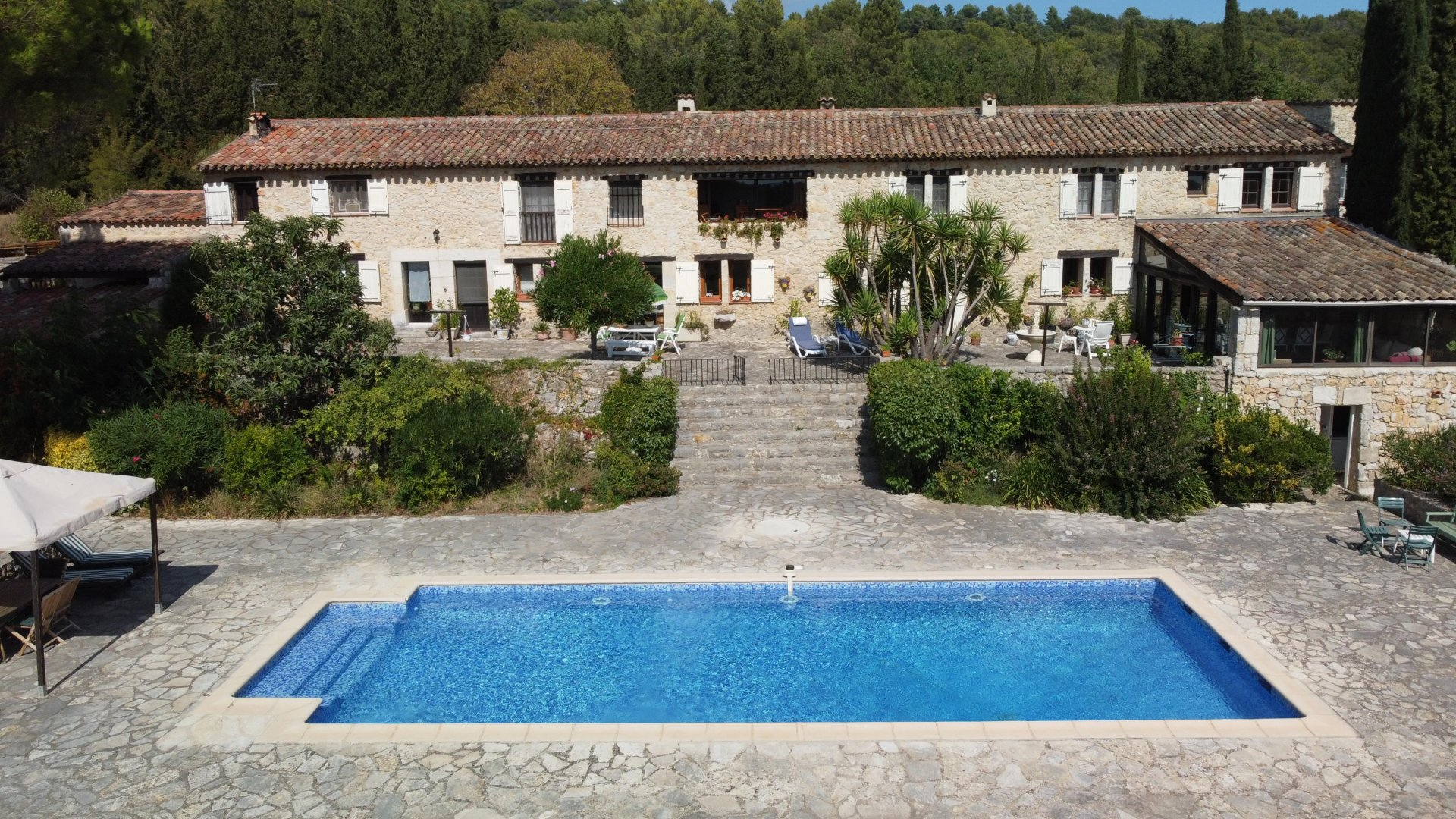 405m² stone property, guest house, pool, garage, on 4.4 hect of flat land in Callian