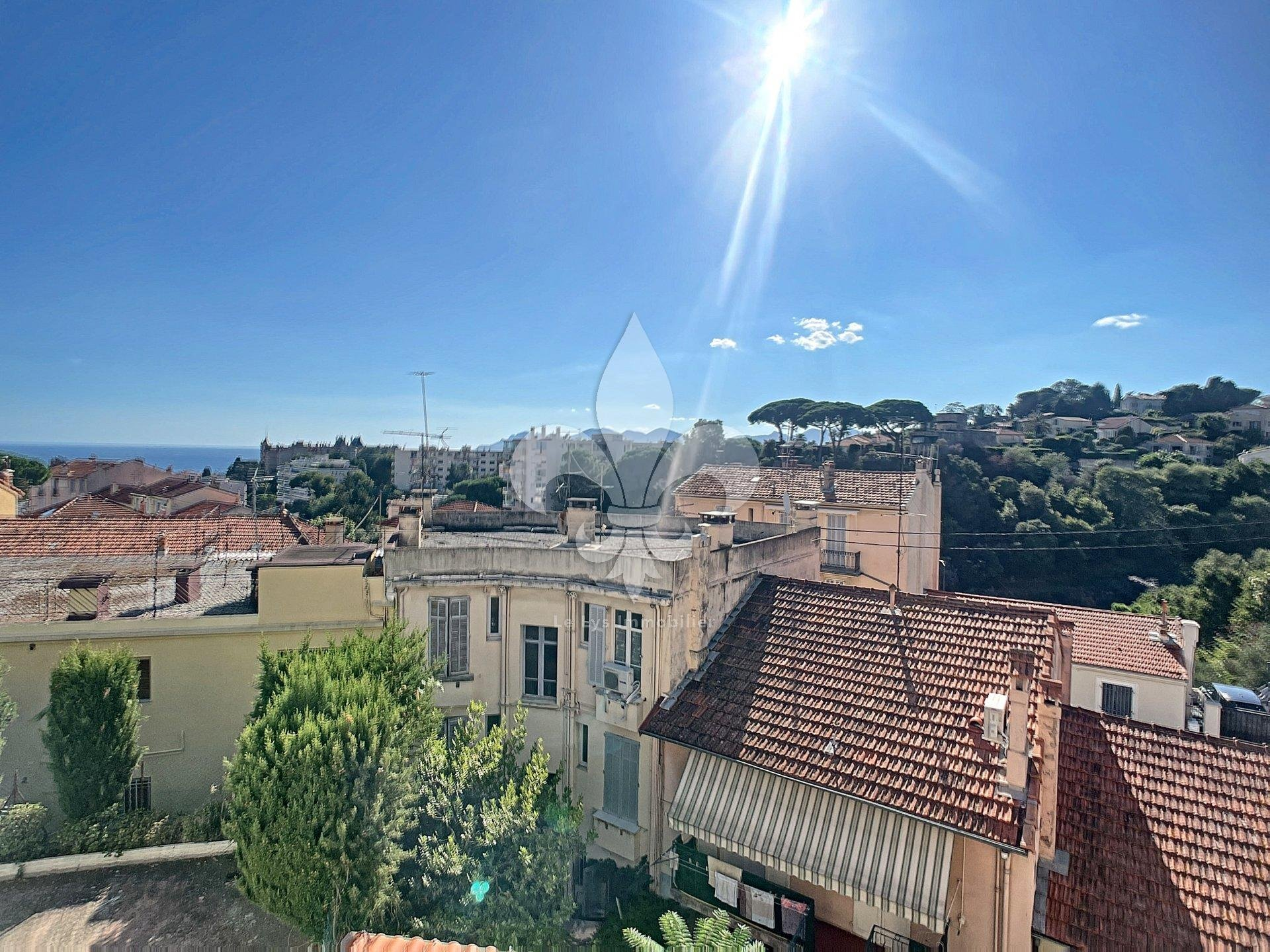 Cannes - Near center: Building with four apartments