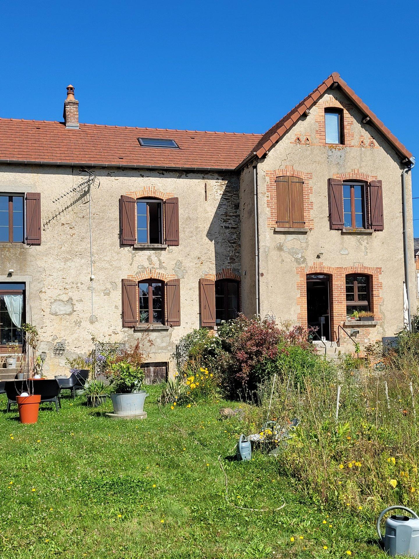 A vendre dans la Creuse une grande maison, grange et jardin.