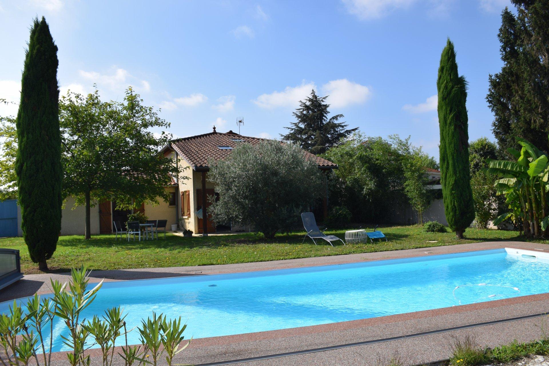 Maison avec grand jardin et piscine