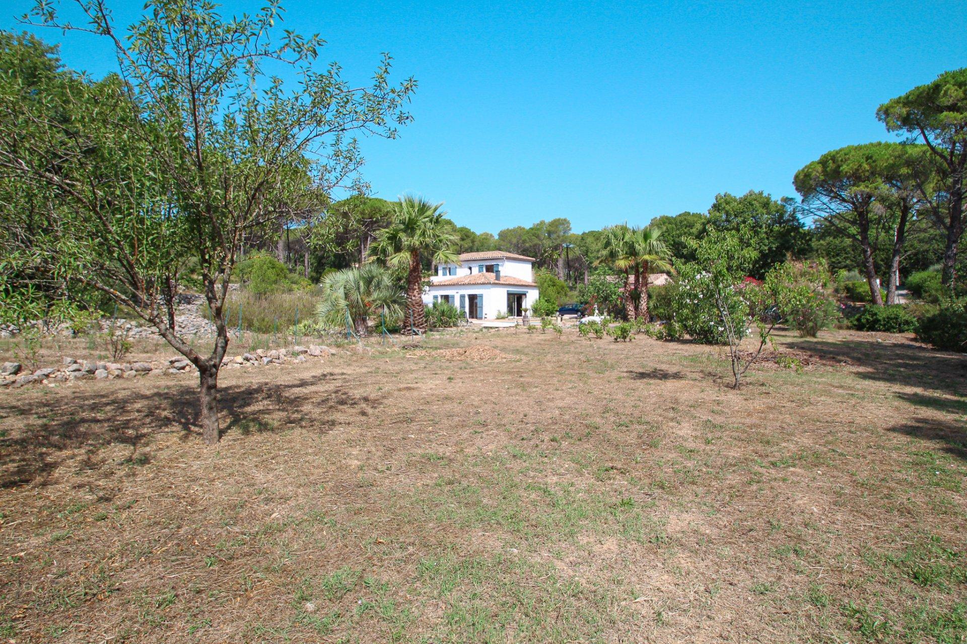 Villa ruim opgezet en zonnig op groot grondstuk