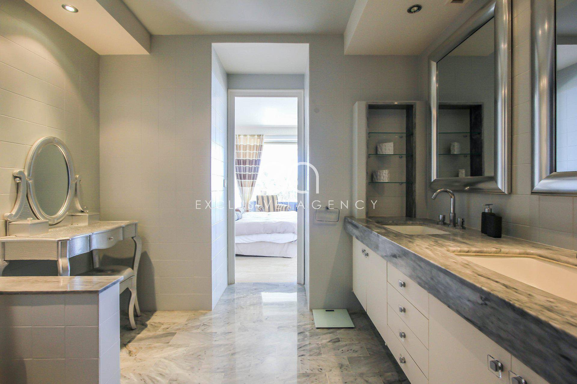 A VENDRE Cannes Californie luxueuse résidence appartement 3 pièces terrasse vue mer panoramique.