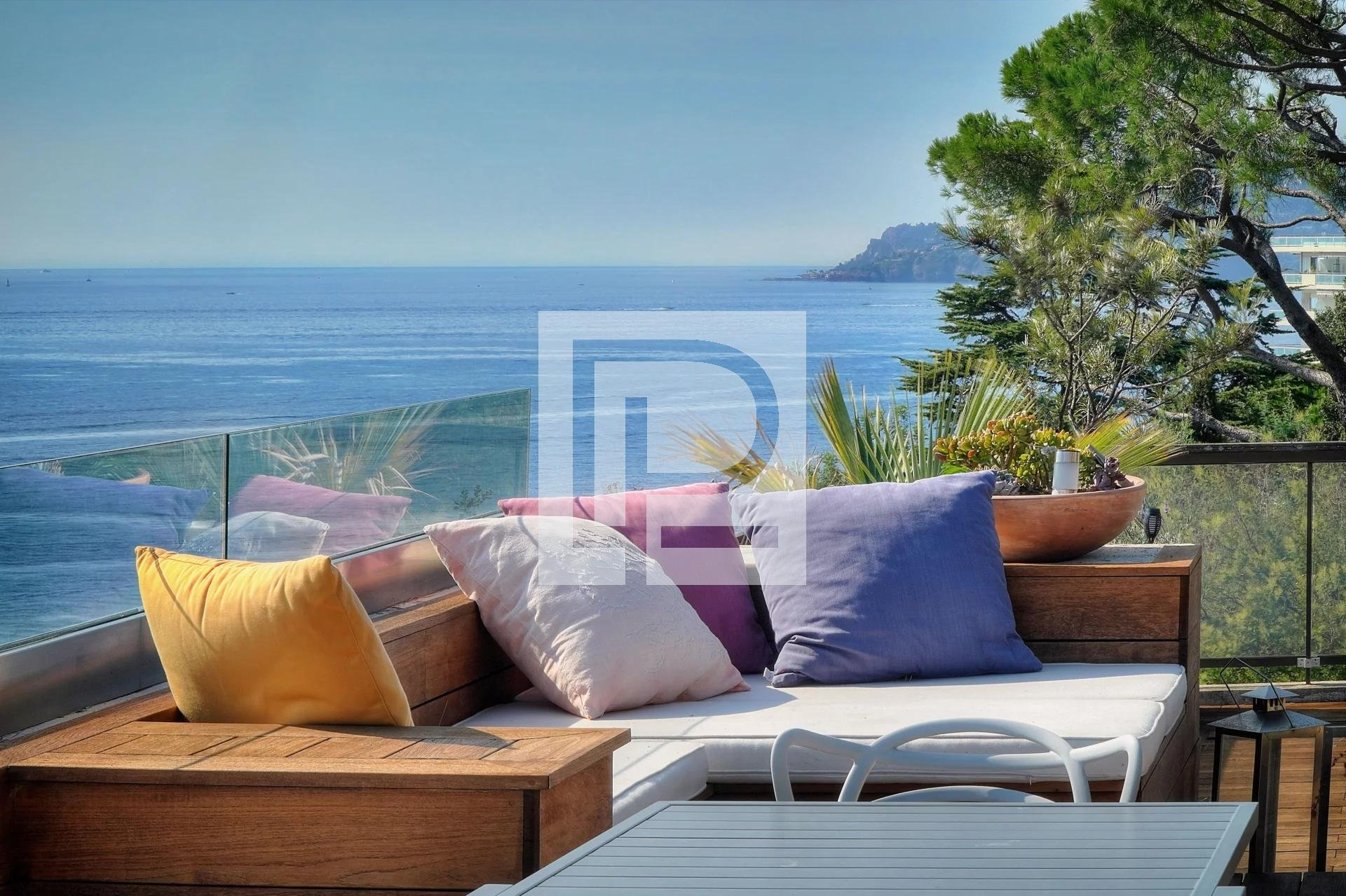 Cannes top floor apartment with panoramic sea view in perfect condition