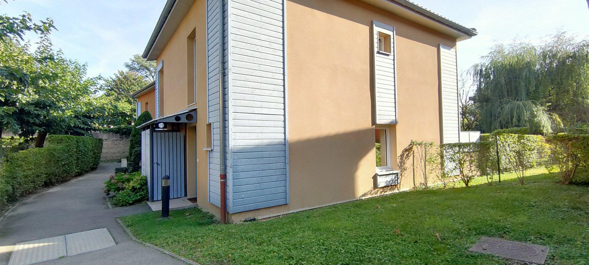 Maison 2 CH avec jardin, garage et place privative.