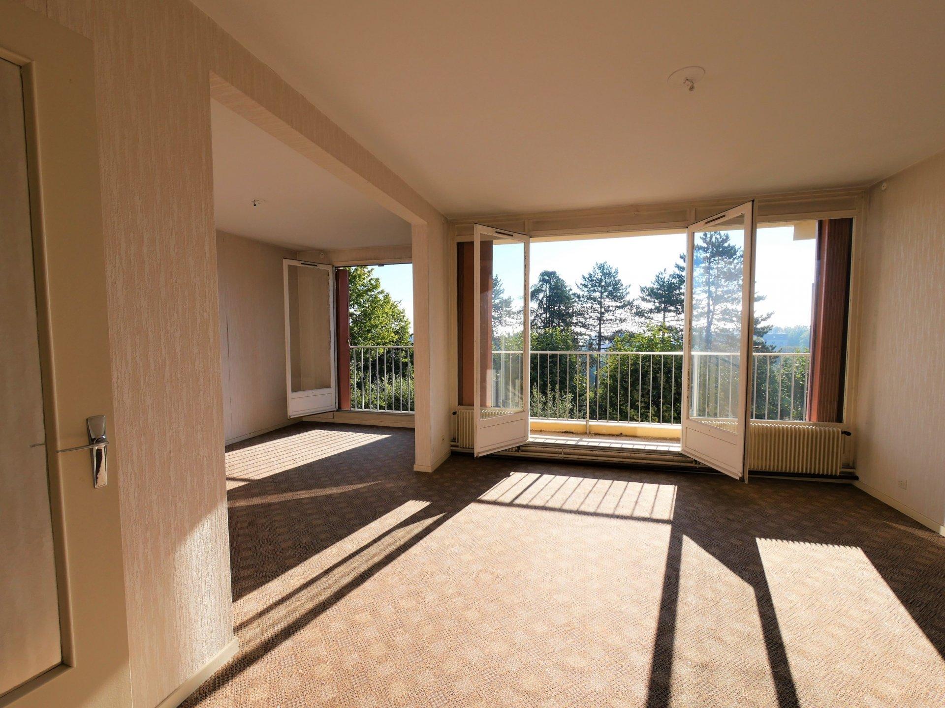 Dans un immeuble bien entretenu avec ascenseur, appartement de 80 m² à rénover.  Au 2 ème étage, l'appartement est traversant et dispose d'une vue particulièrement agréable de part et d'autre. Il se compose d'une entrée desservant une grande cuisine avec espace cellier, un espace salon - salle à manger avec grandes baies vitrées donnant sur le balcon, deux chambres, une salle de bains et des espaces de rangement. Très lumineux, vous apprécierez ses grandes ouvertures donnant sur de beaux espaces verts. Beaucoup d'atouts pour cet appartement qui nécessite tout de même des travaux de rénovation.  Vendu avec cave et place de parking individuelles.  Bien soumis au régime de la copropriété - charges de 1200 ?/an comprenant l'entretien et l'électricité des parties communes, l'assurance et le syndic.