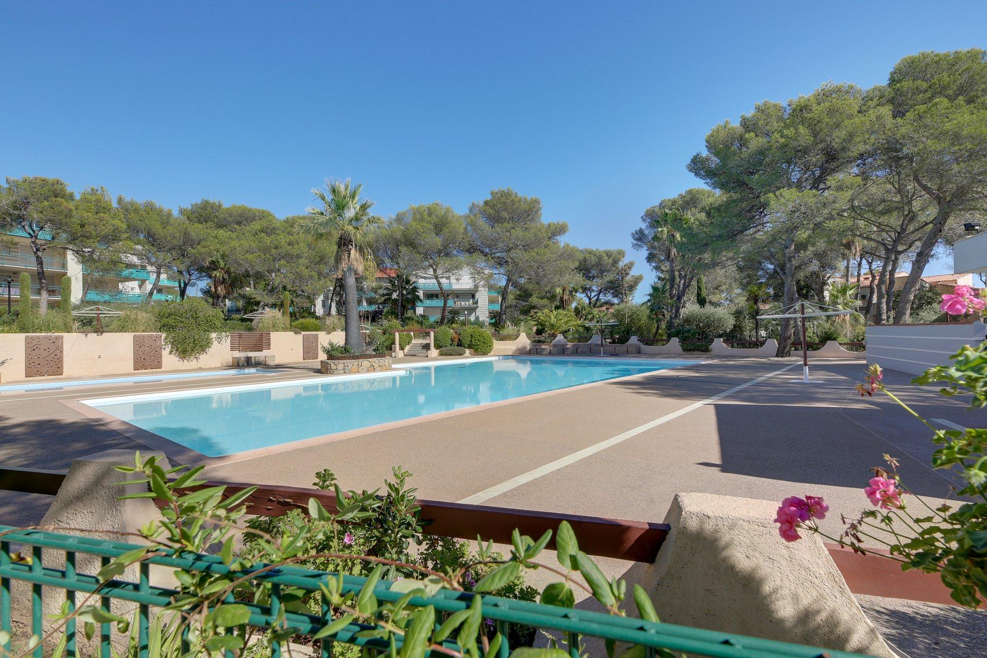 St. RAPHAEL  - Attraktiv 3 roms m/stor terrasse i residens med pool i gangavst. til strand og butikker. Garasje og heis.