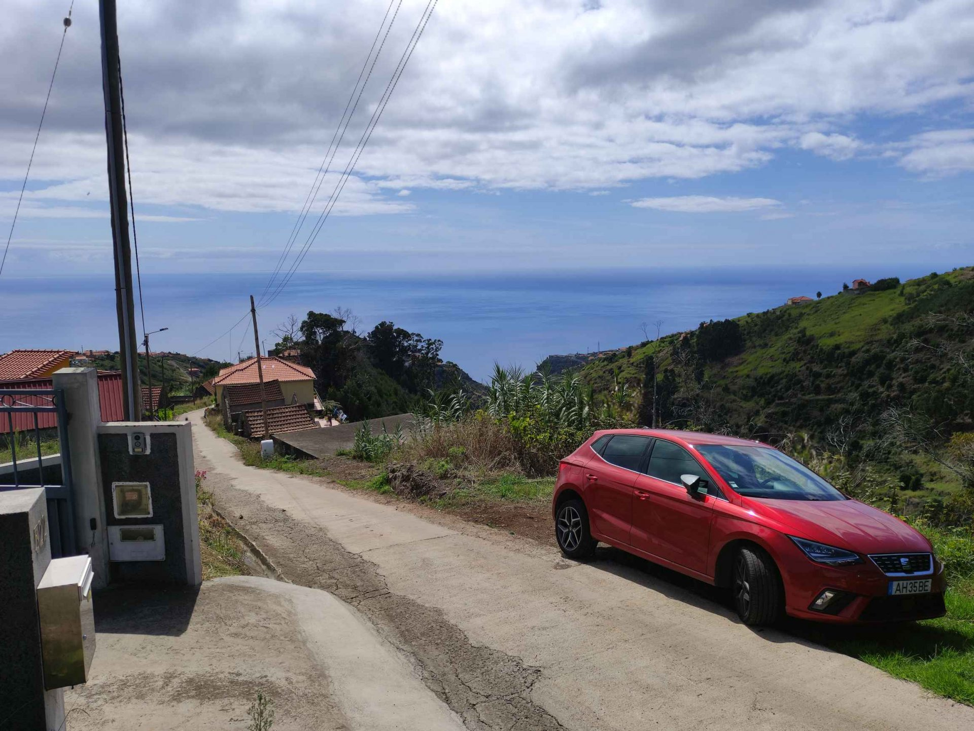 Terreno para construção com palheiro e bonita vista de mar e serra.