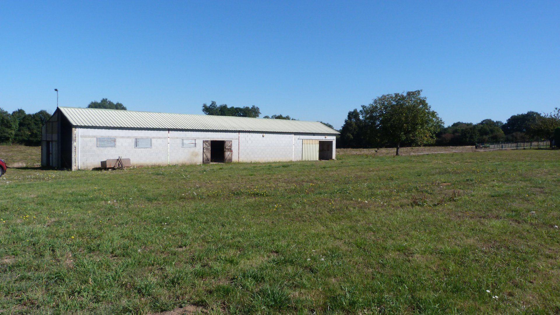 Building plot with an outbuilding