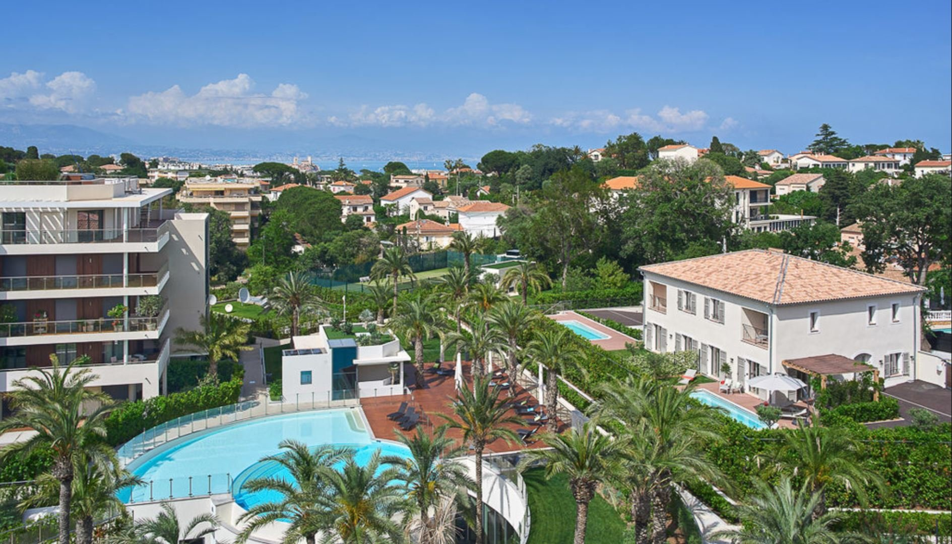 Cap d'Antibes - 4 bedrooms townhouse  with garden and private swimming pool in an exceptional residence.
