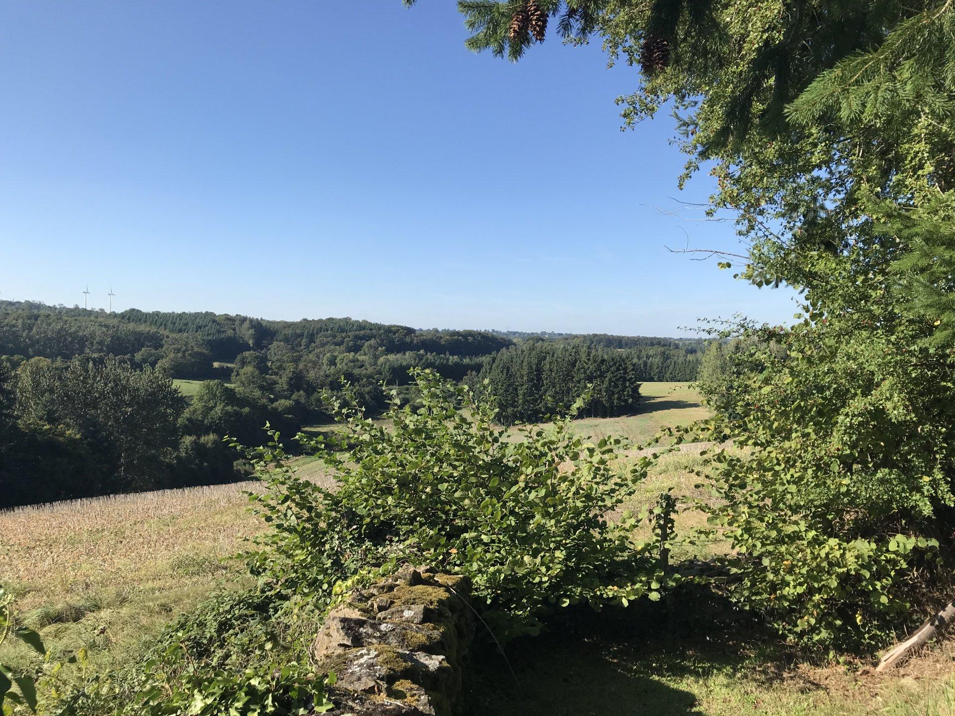 Te koop in de Creuse, woonhuis, schuur en prachtig uitzicht.