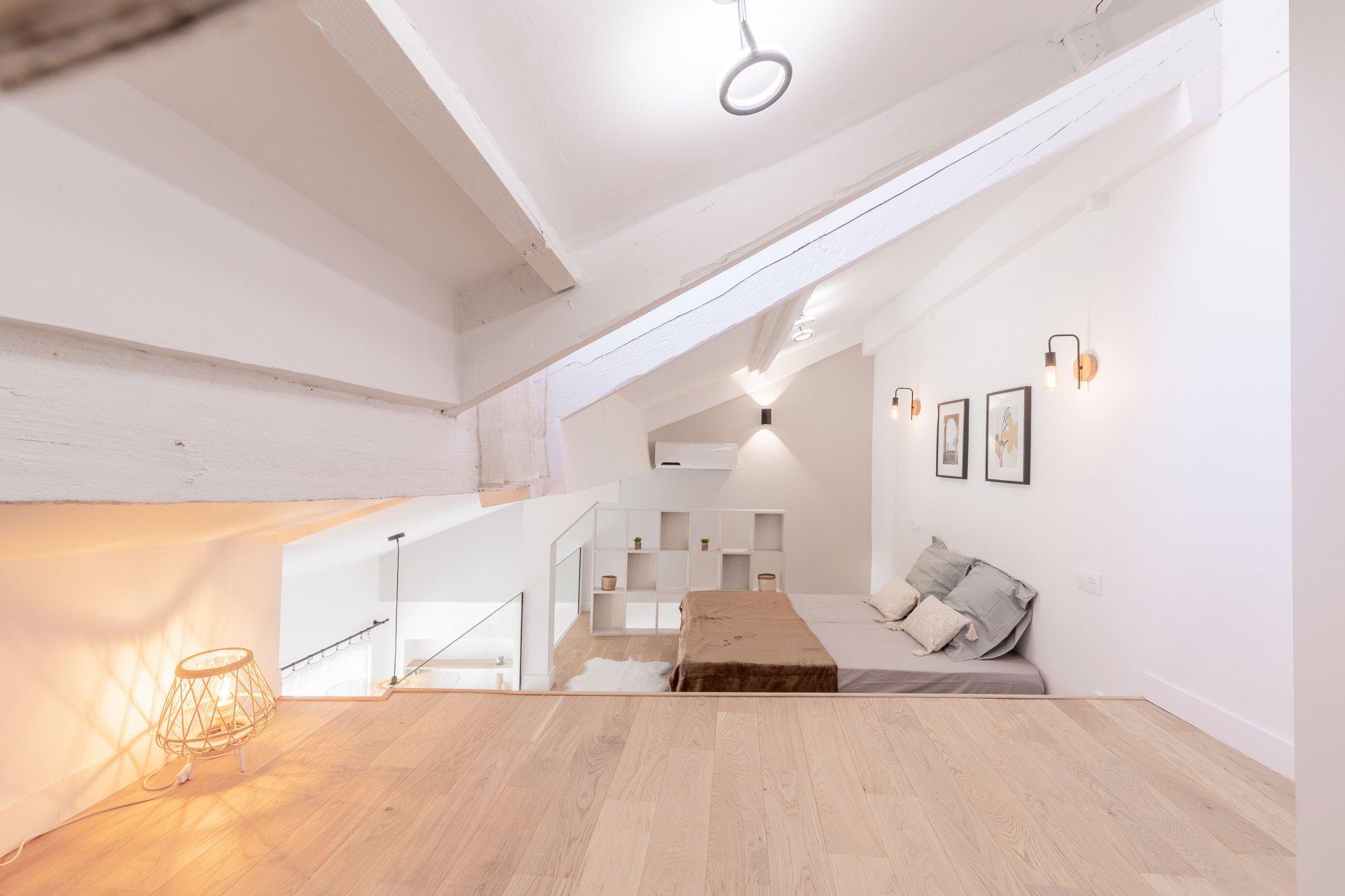 VIEUX NICE, Lumineux duplex meublé et tout récemment rénové proche du cours Saleya et Palais de la Préfecture.