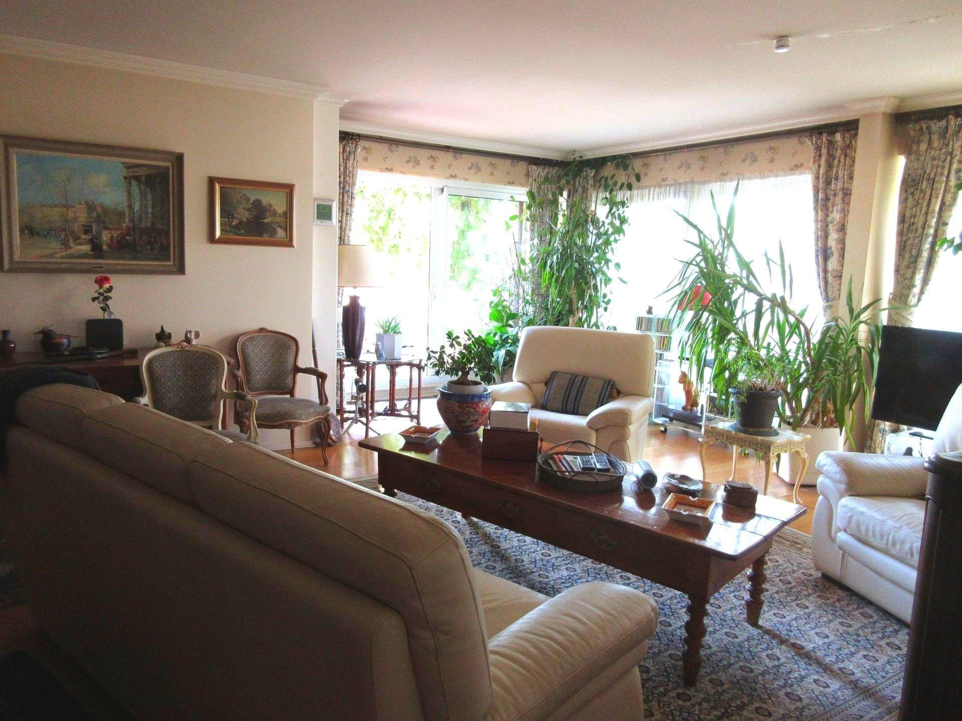 Grand appartement familial avec terrasse et jardin.