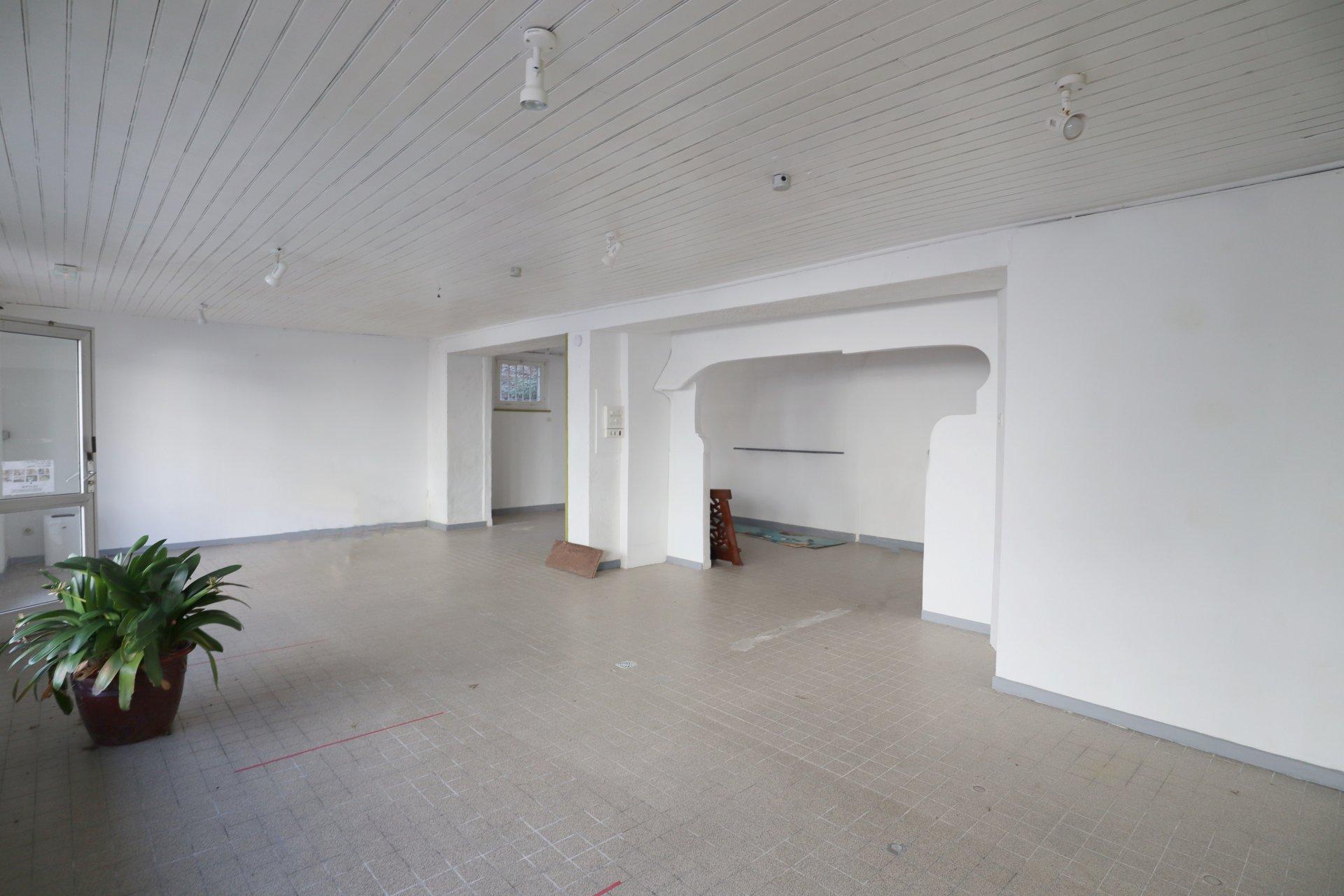 Sale Building - Rostrenen