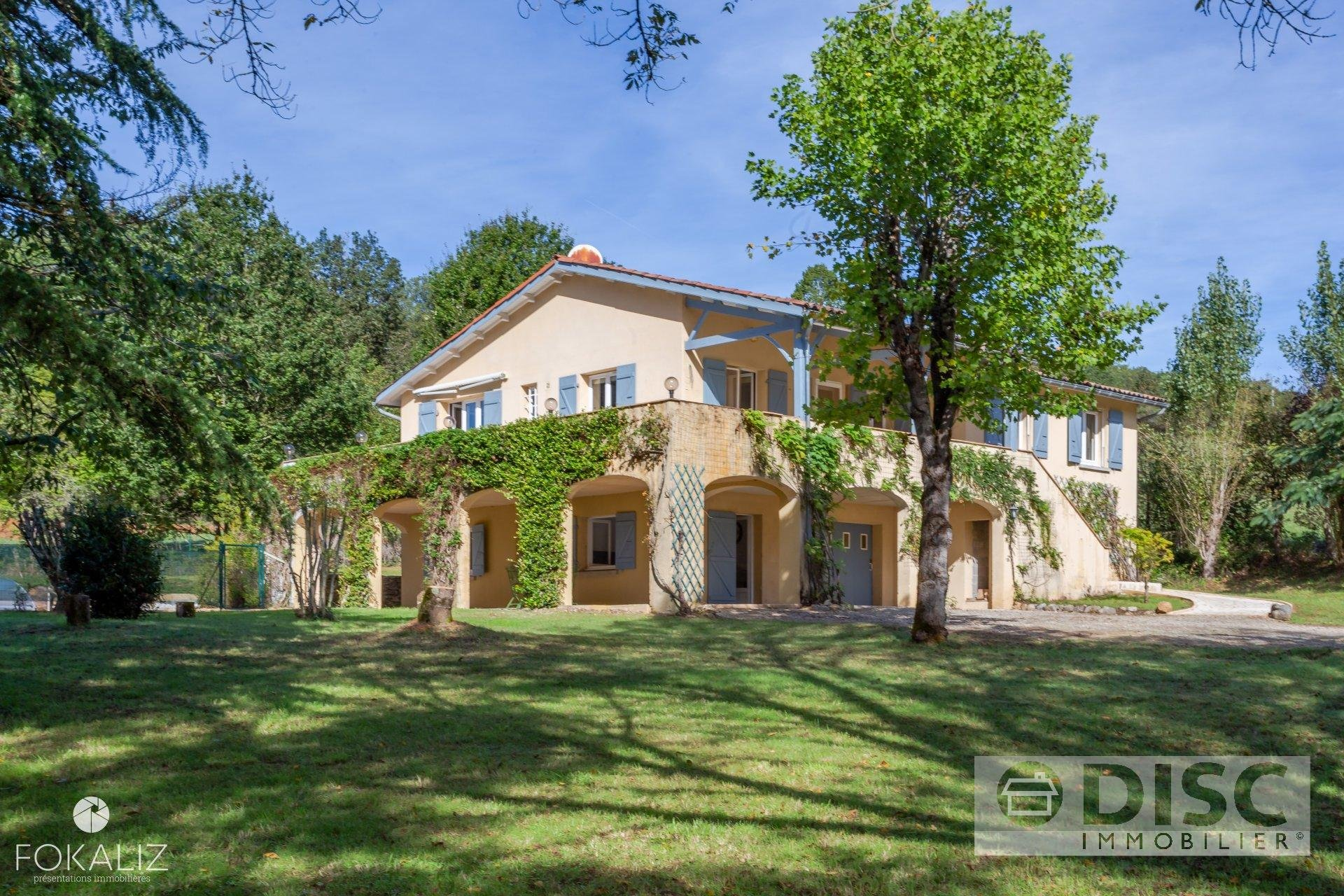 Beautiful house with swimming pool and large garden 1km from a village.