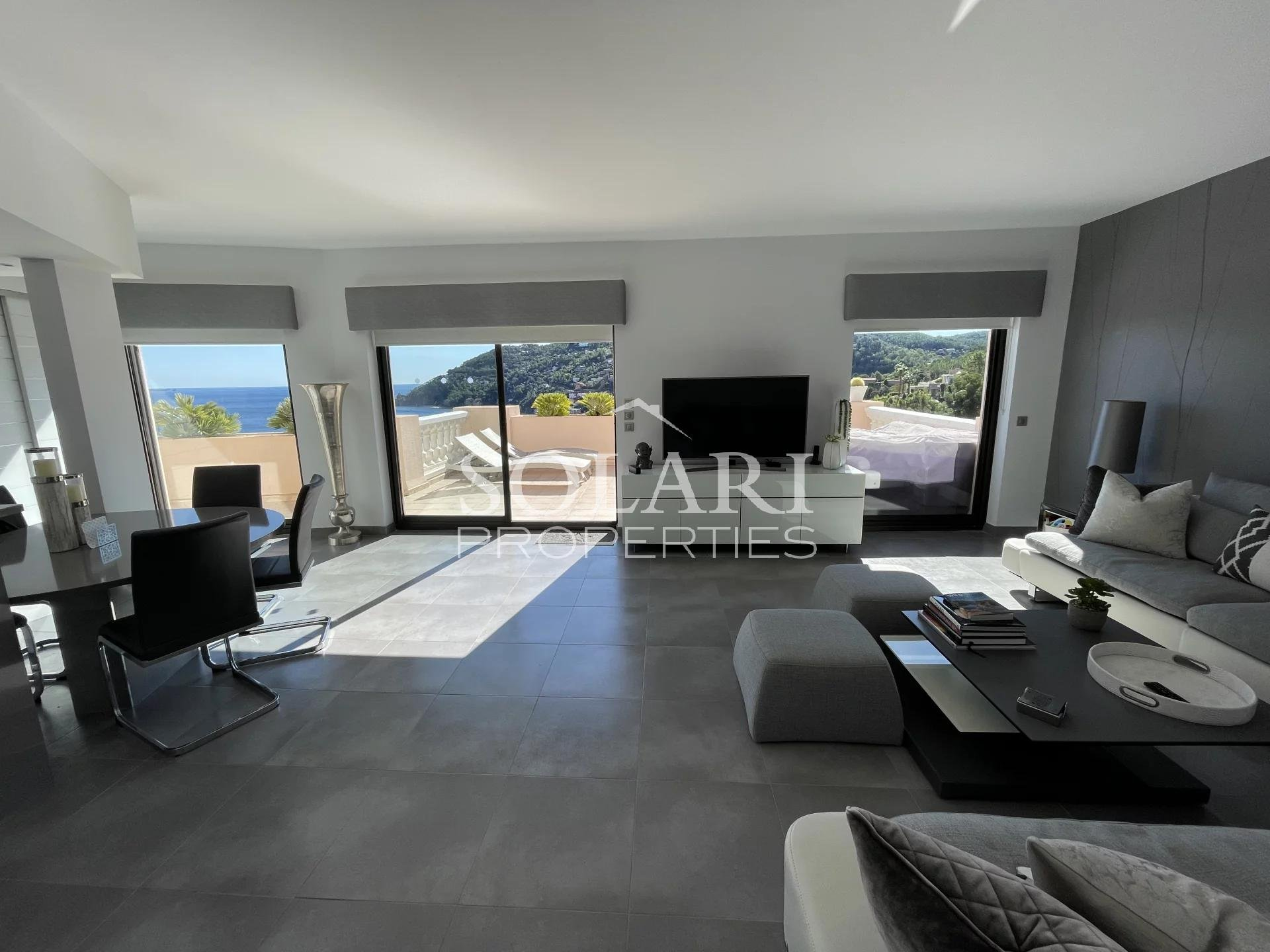 Top floor apartment with sea view