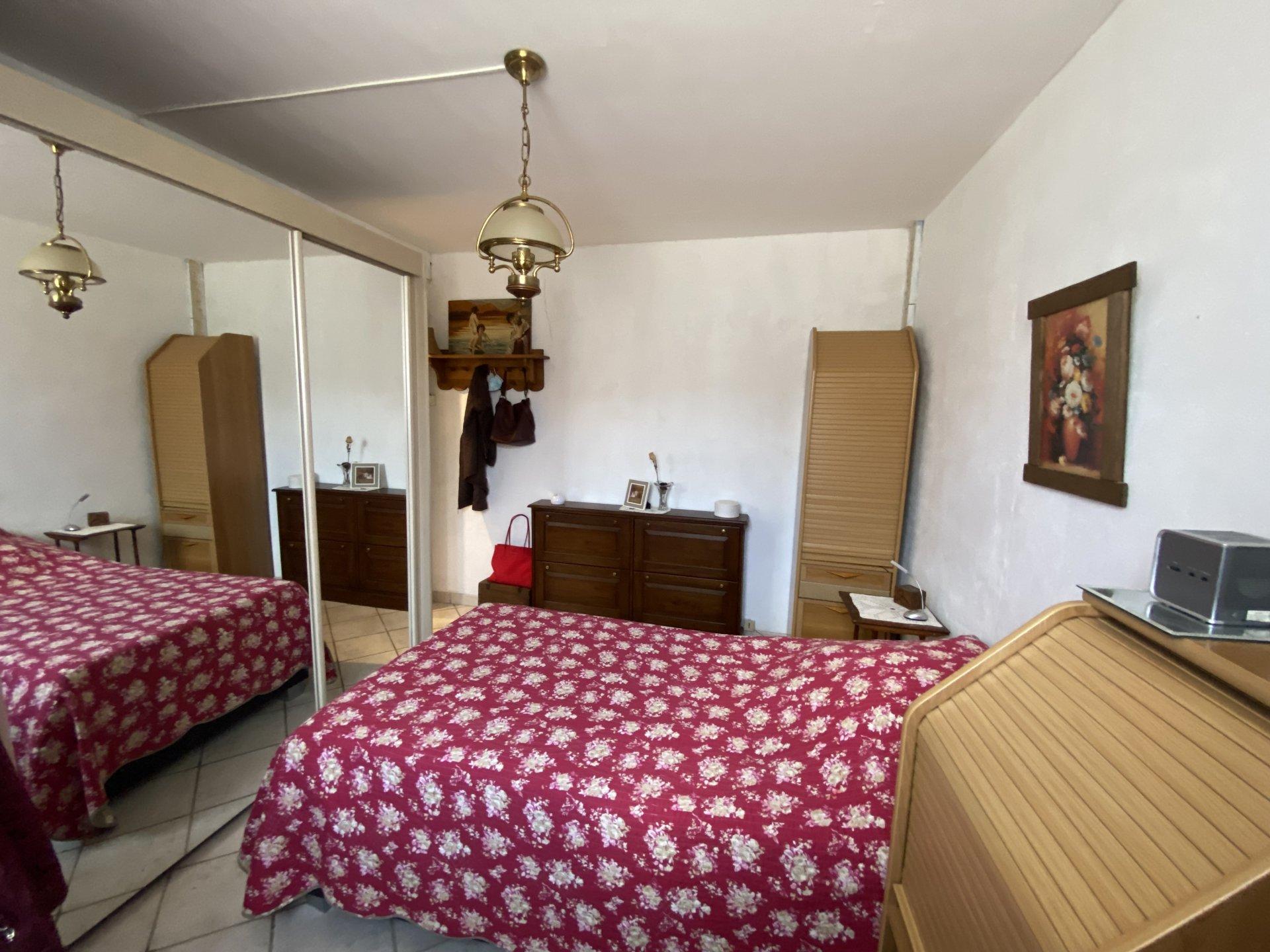 Située dans un village avec écoles, 3 chambres