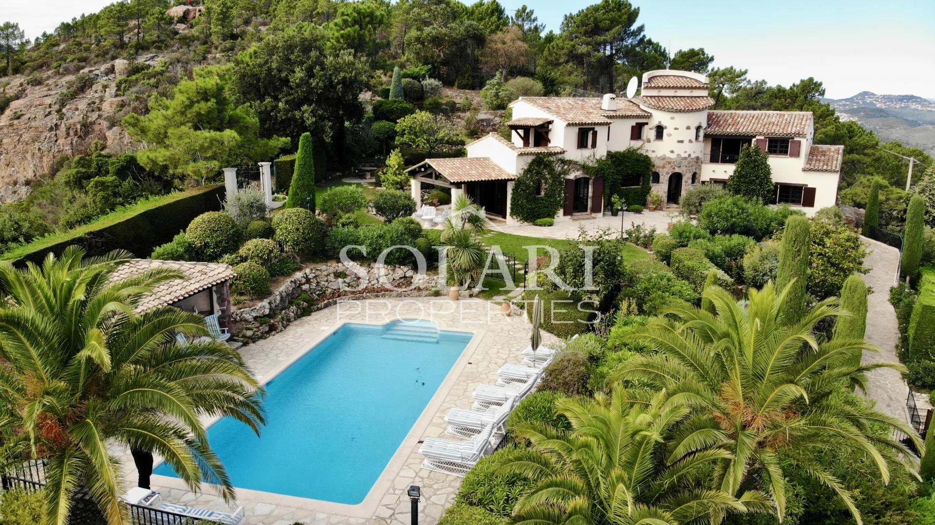 Villa overnhanging the Bay of Cannes - Theoule
