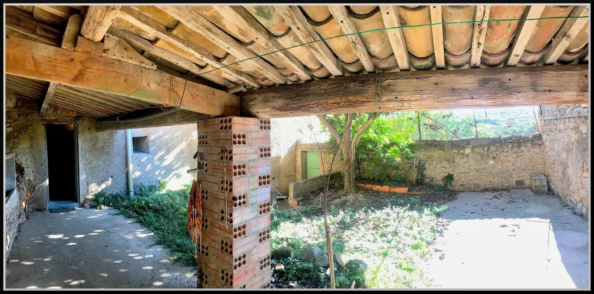 Byhus med trädgård