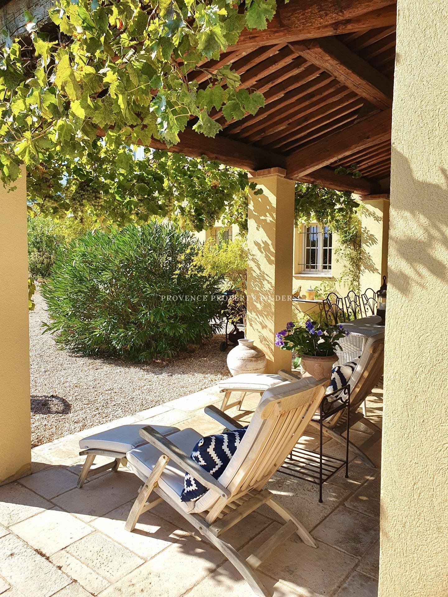 A pied du centre du village d'Aups, villa rénové avec piscine.
