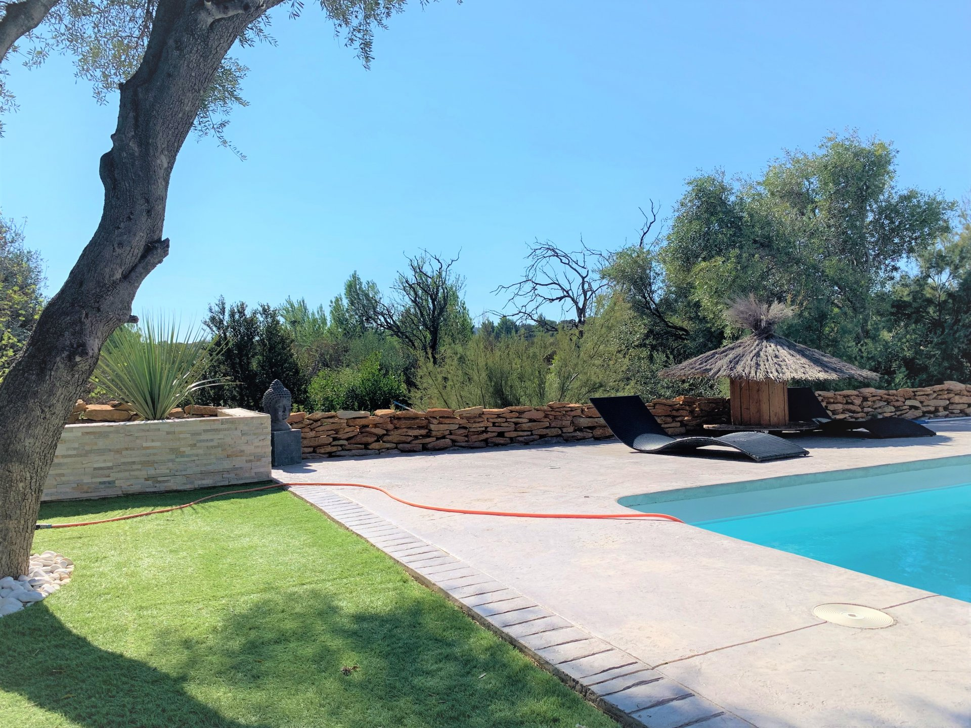 Villa contemporaine avec jardin et piscine