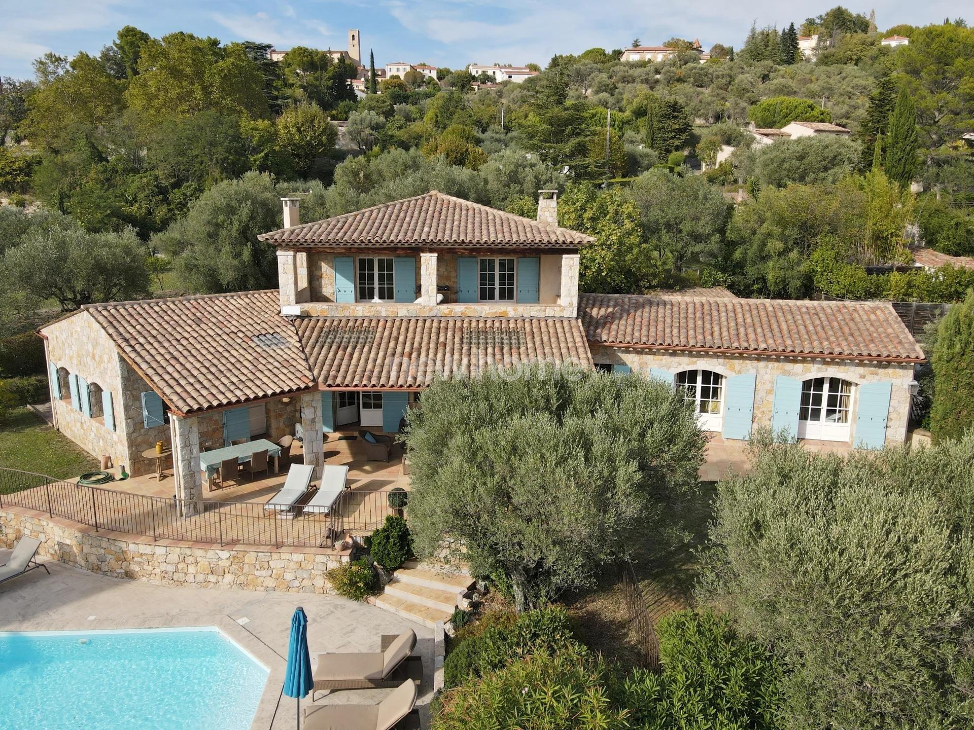 Fayence: mooie villa in natuursteen, op loopafstand van het dorp