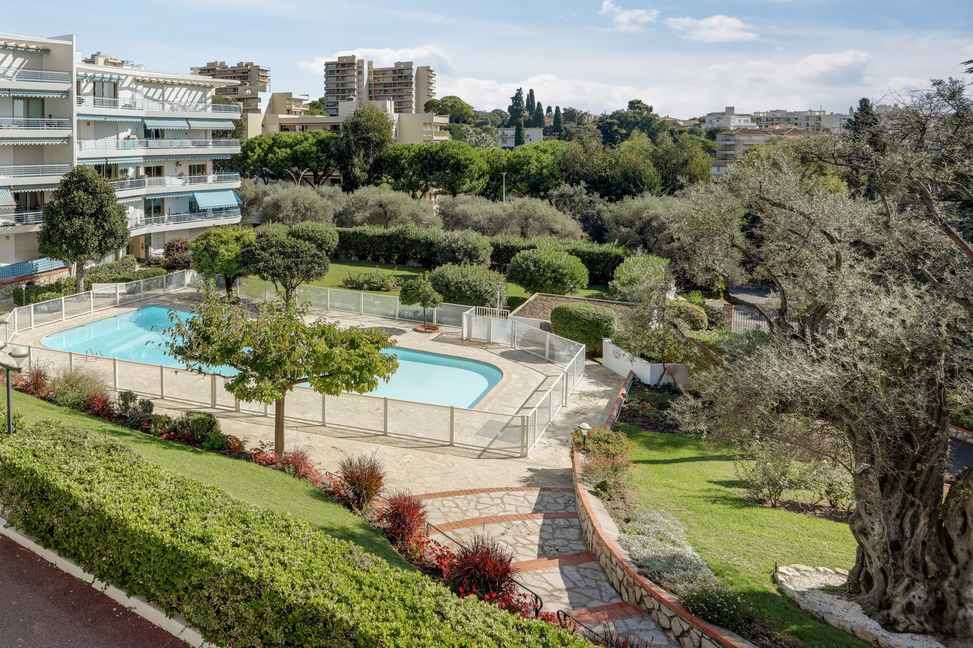 Sole agent -  Juan-Les-Pins - Large 3p with corner terrace of 39m2. Swimming pool - Garage