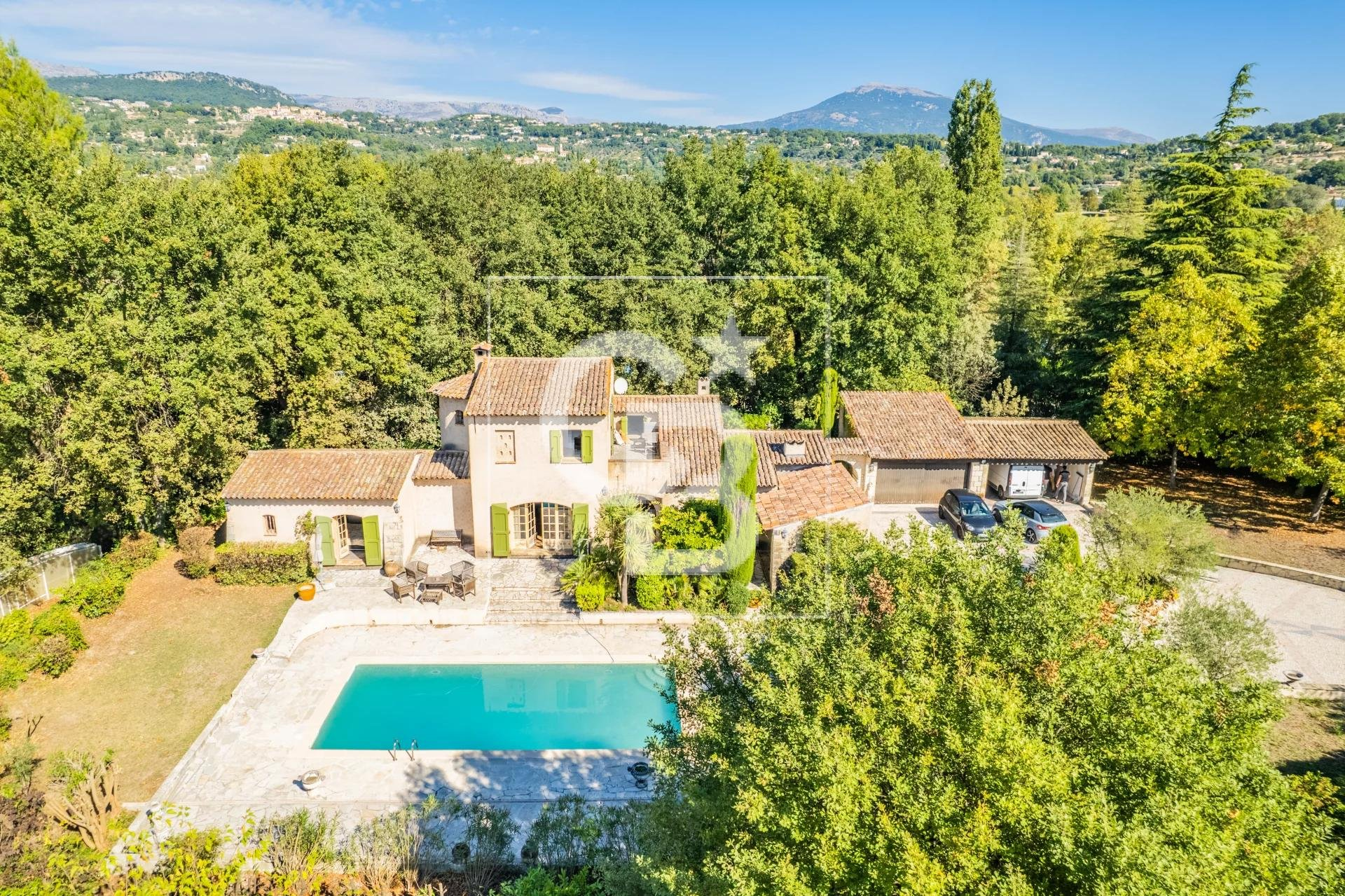 Charming villa located in a closed domaine