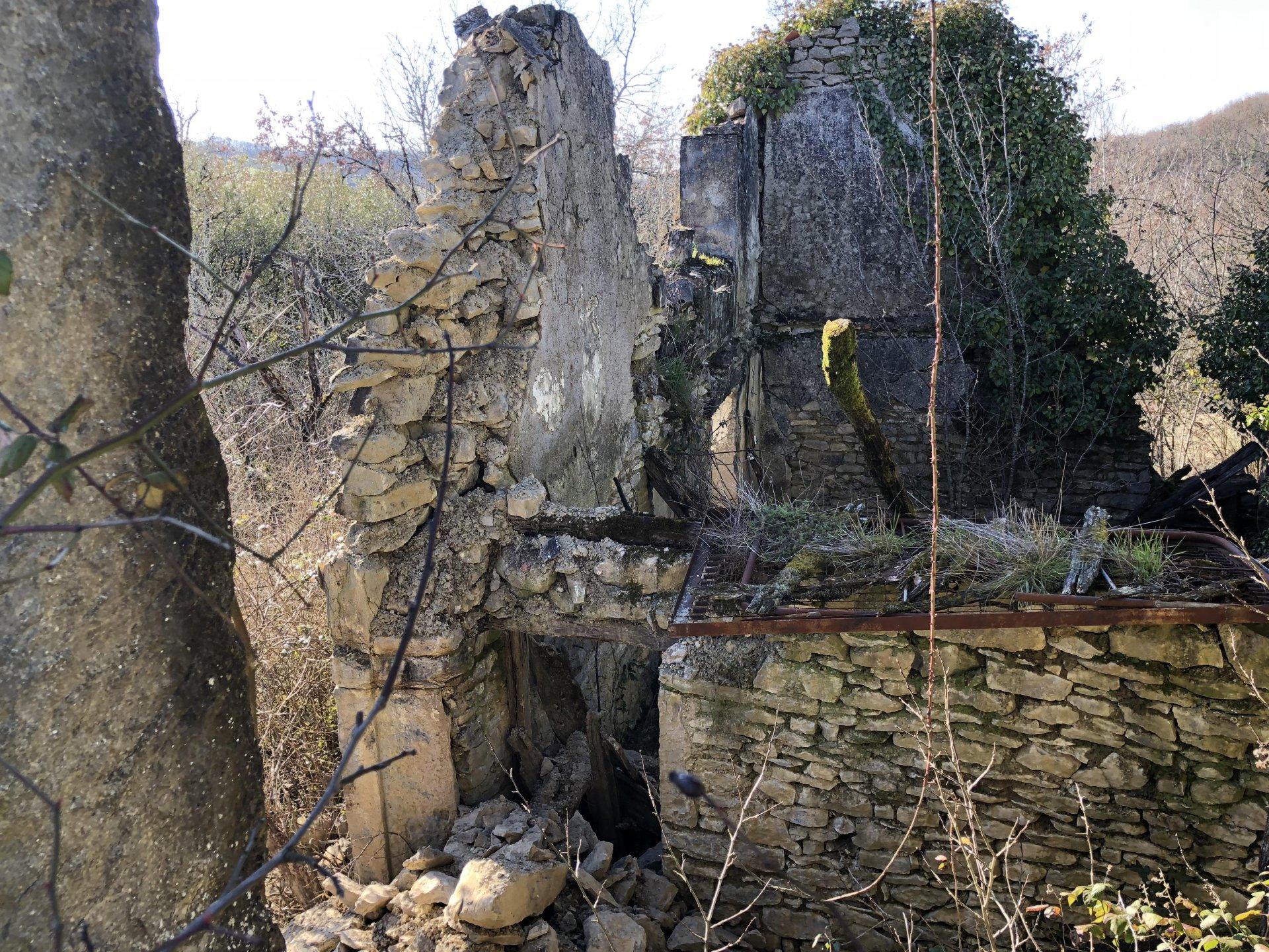 Terrain avec ruine
