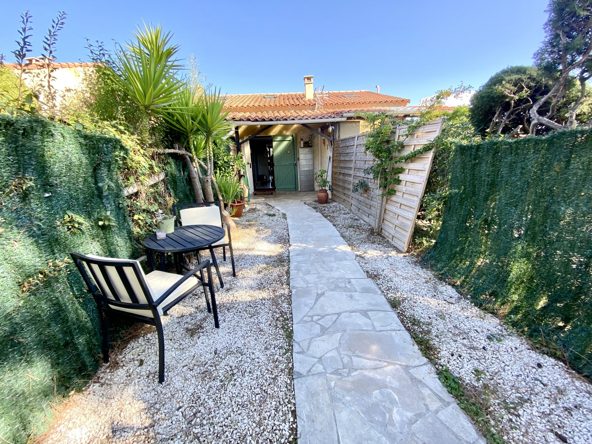 Maison jumelée avec terrasse et jardin
