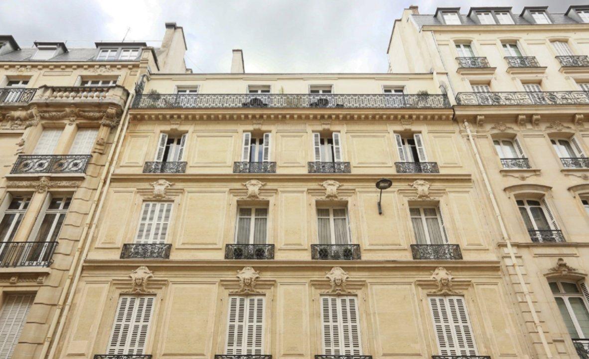 *OFF MARKET *A un jet de pierre de la place François 1er, appartement 4P de 180M2 dans un charment immeuble haussmanien.