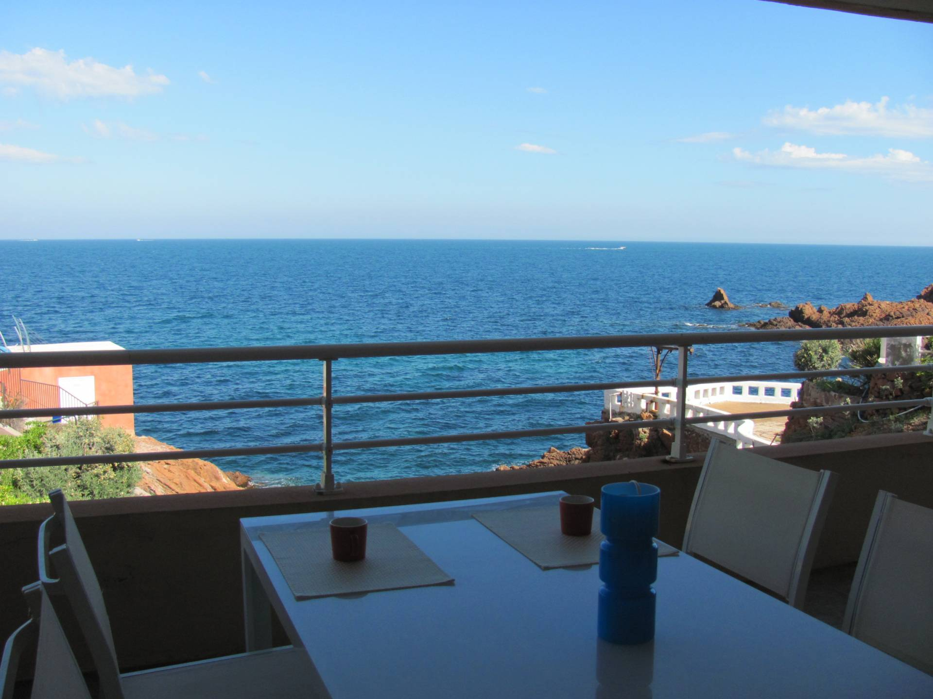 FOOT IN THE WATER APARTMENT OF 2 ROOMS WITH EXCEPTIONAL FRONT SEA VIEW. Parking.