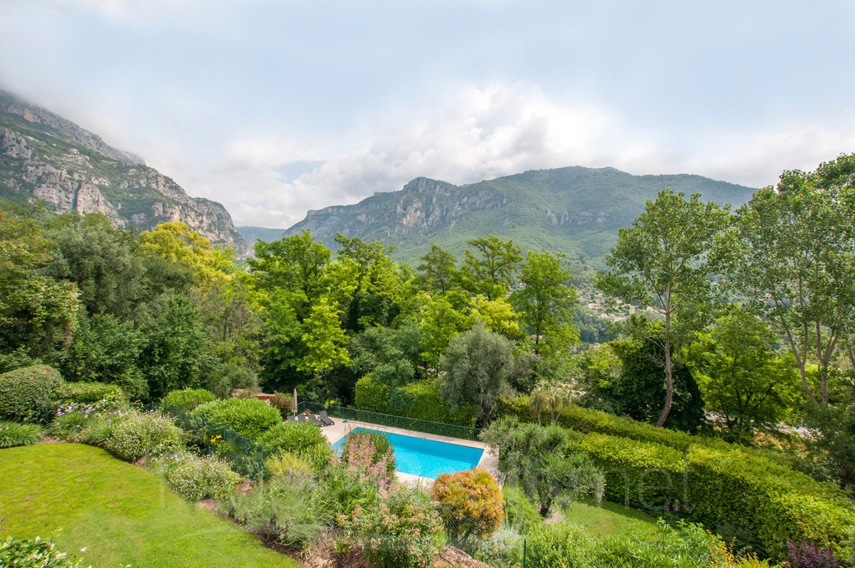 Family home within walking distance of the village of Bar sur Loup