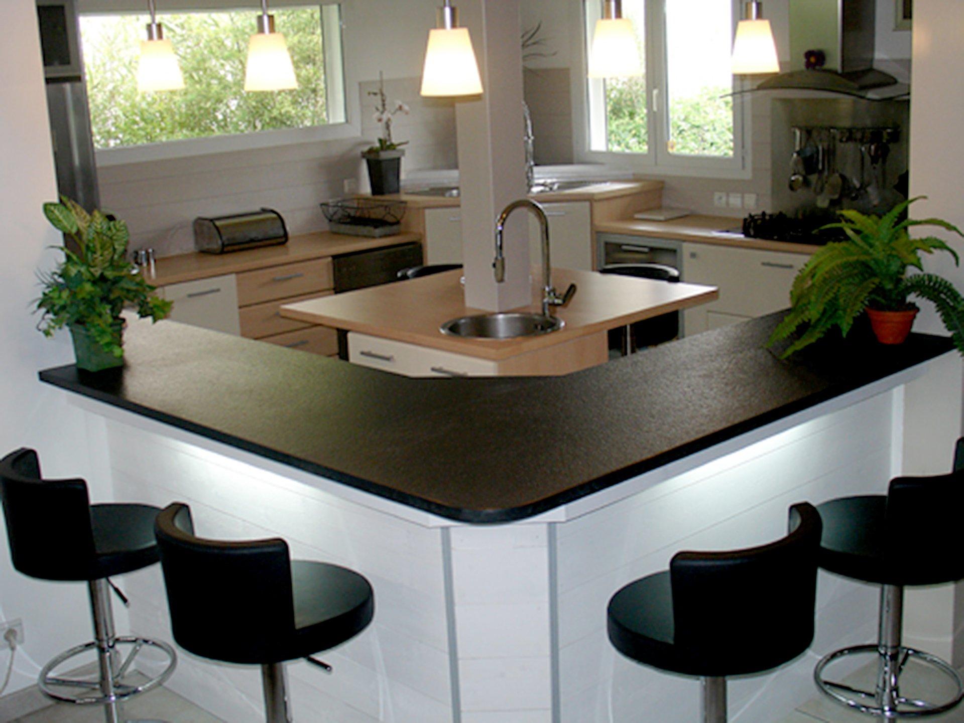 Lumière naturelle, bar, îlot de cuisine