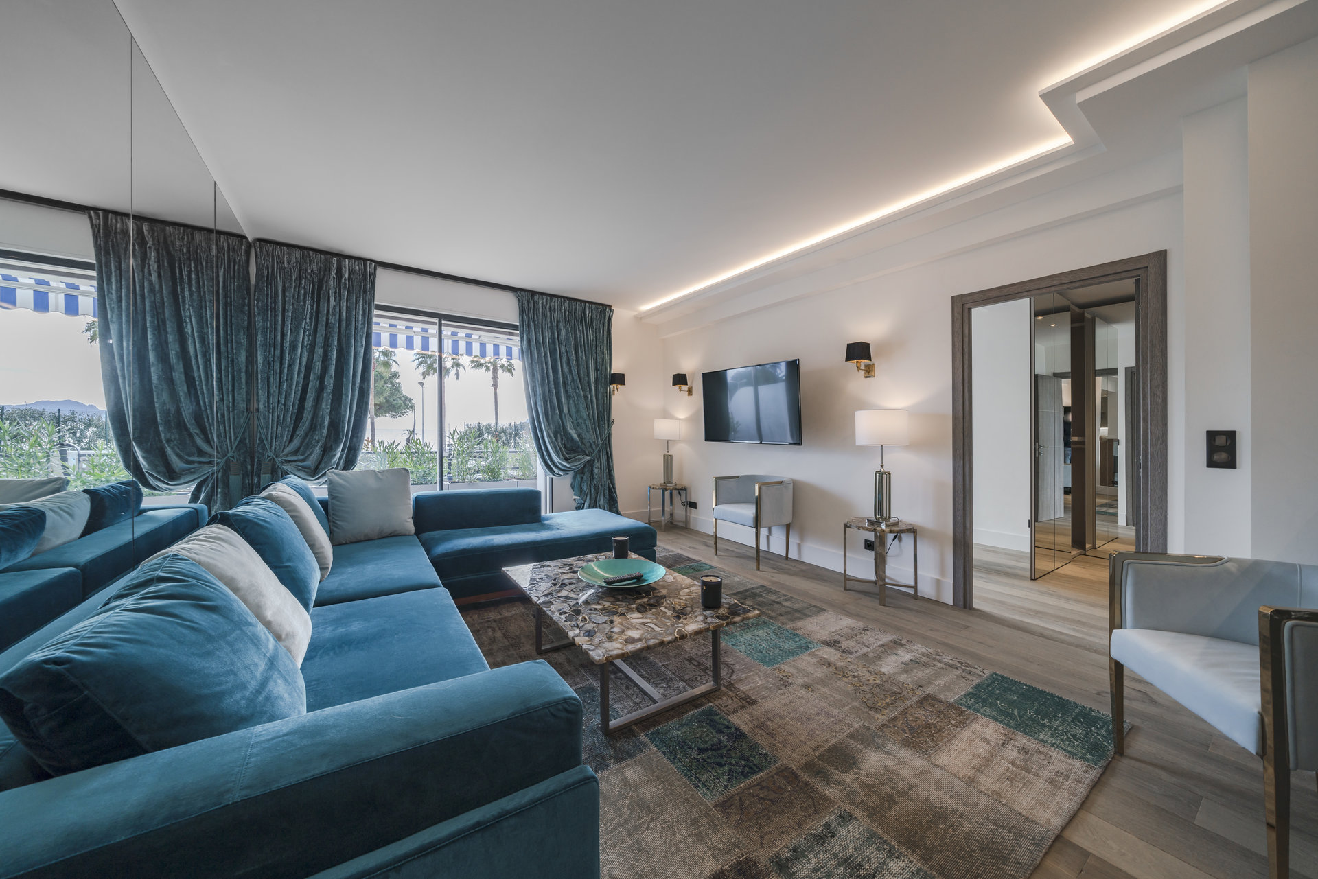 CANNES CROISETTE - LUXURIOUSLY RENOVATED 2-BEDROOM APARTMENT