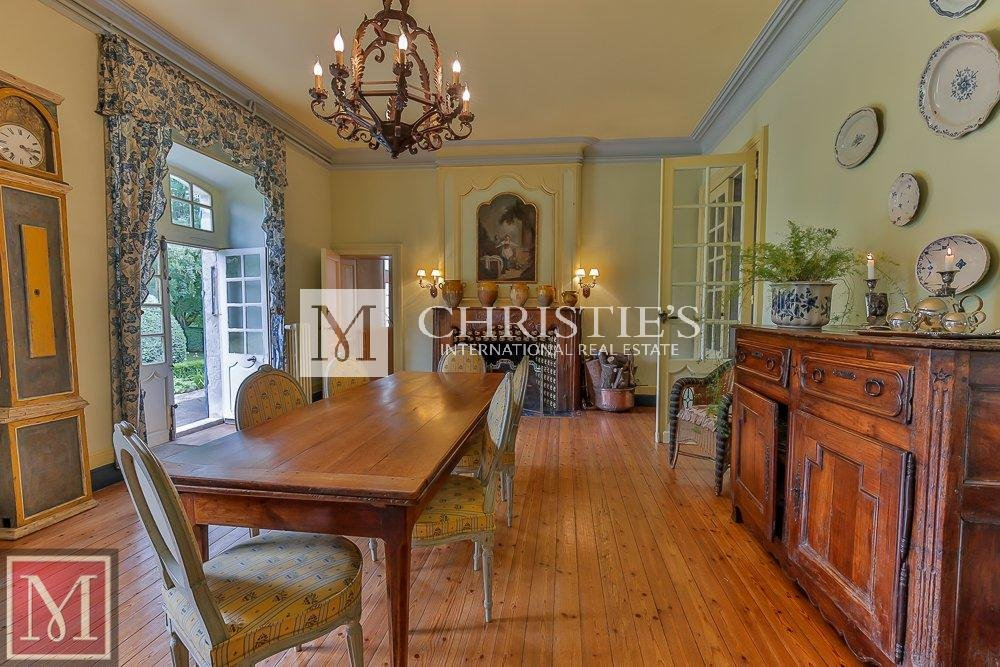 Dining area, wood floors, chandelier