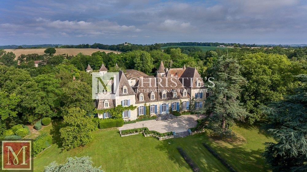 Très élégant château rénové avec dépendances et parc exceptionnel près de Monflanquin à vendre
