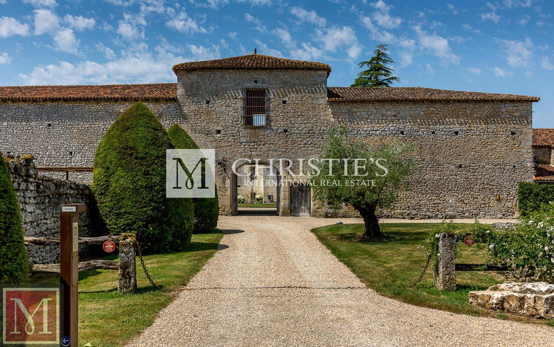 Stunning fortified manor house in Charente