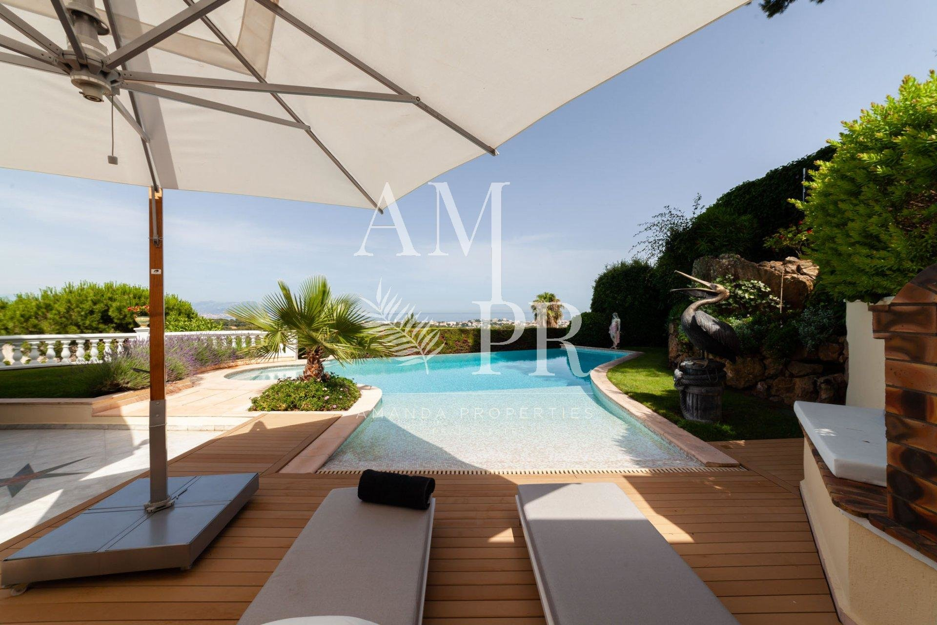 Villa Florentine - Golfe-Juan -    8 rooms, 500 m² , beautiful landscaped garden 2500 m2 Congresses