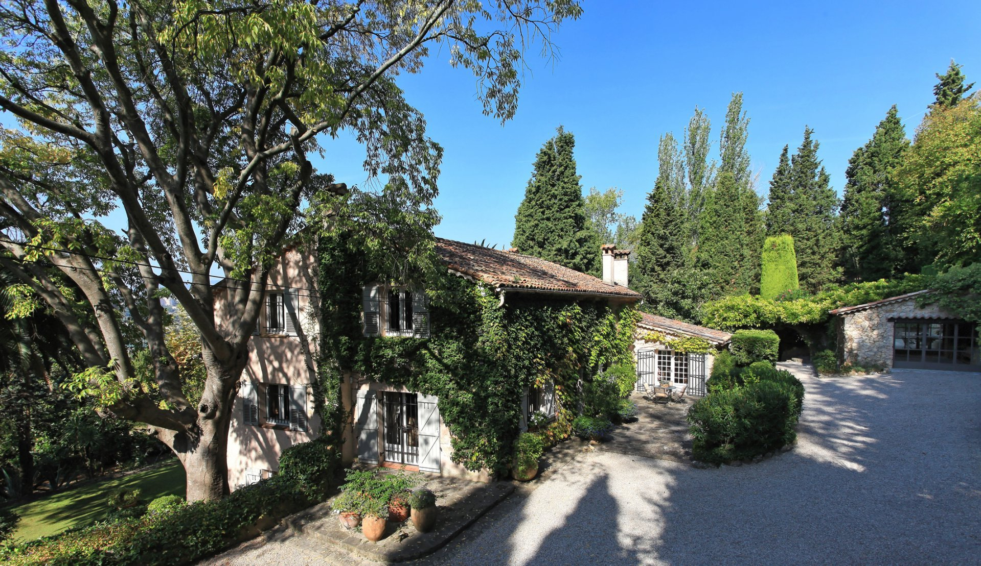 Wonderful old bastide close to Valbonne with beautiful views