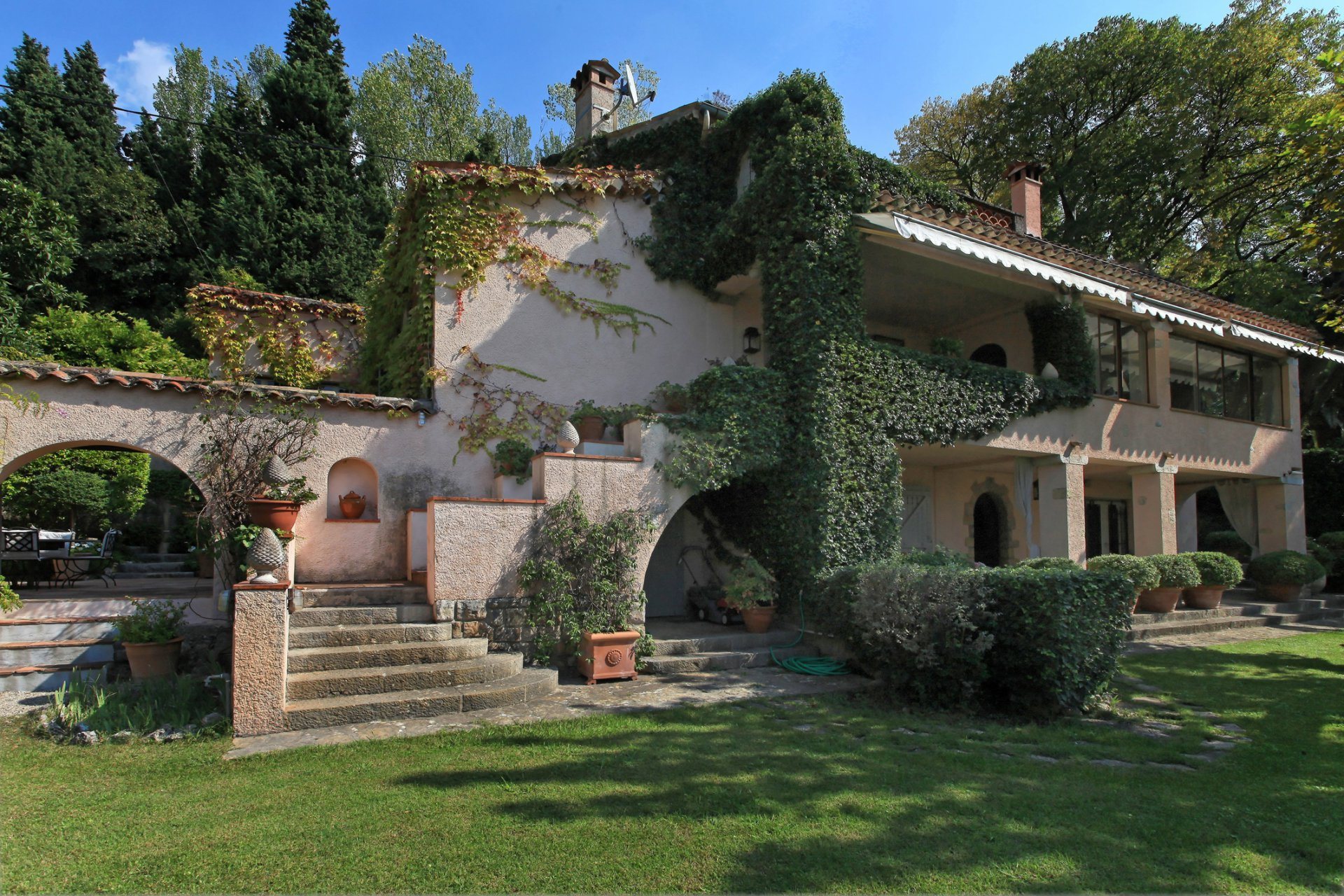Beautiful property close to Valbonne with lovely views