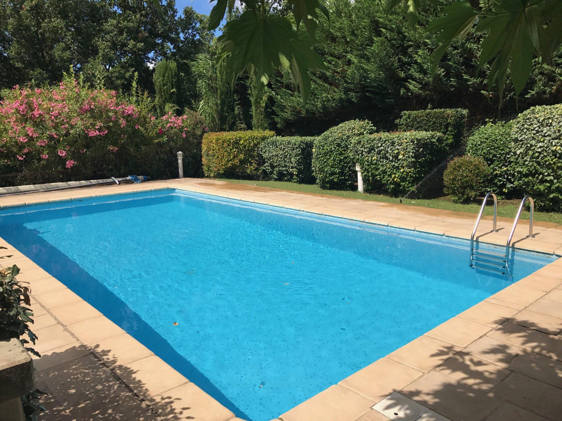 Charmante villa avec piscine et parc paysager