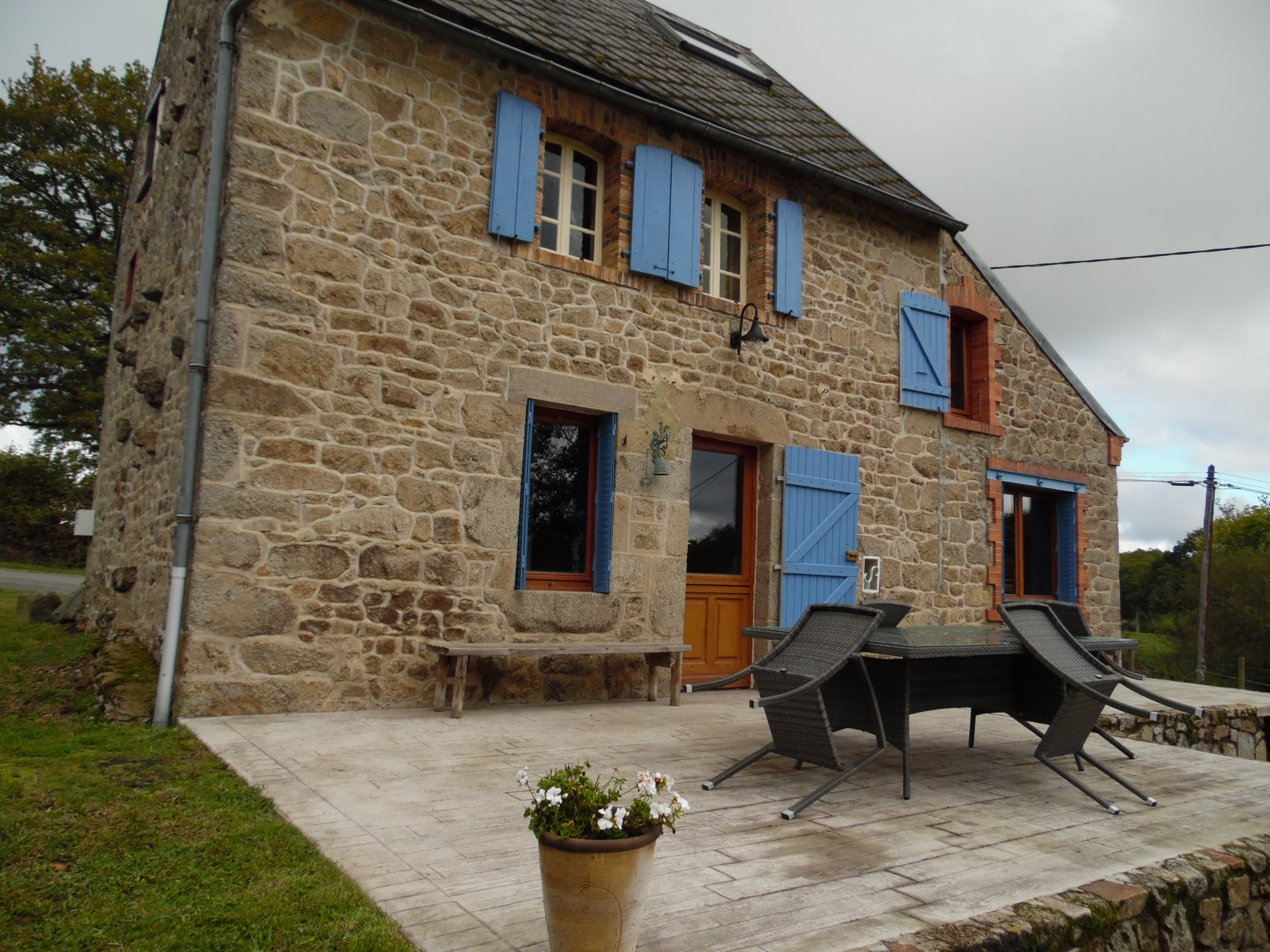 Te koop in de Creuse, huis, bijgebouw, carport en mooie tuin.
