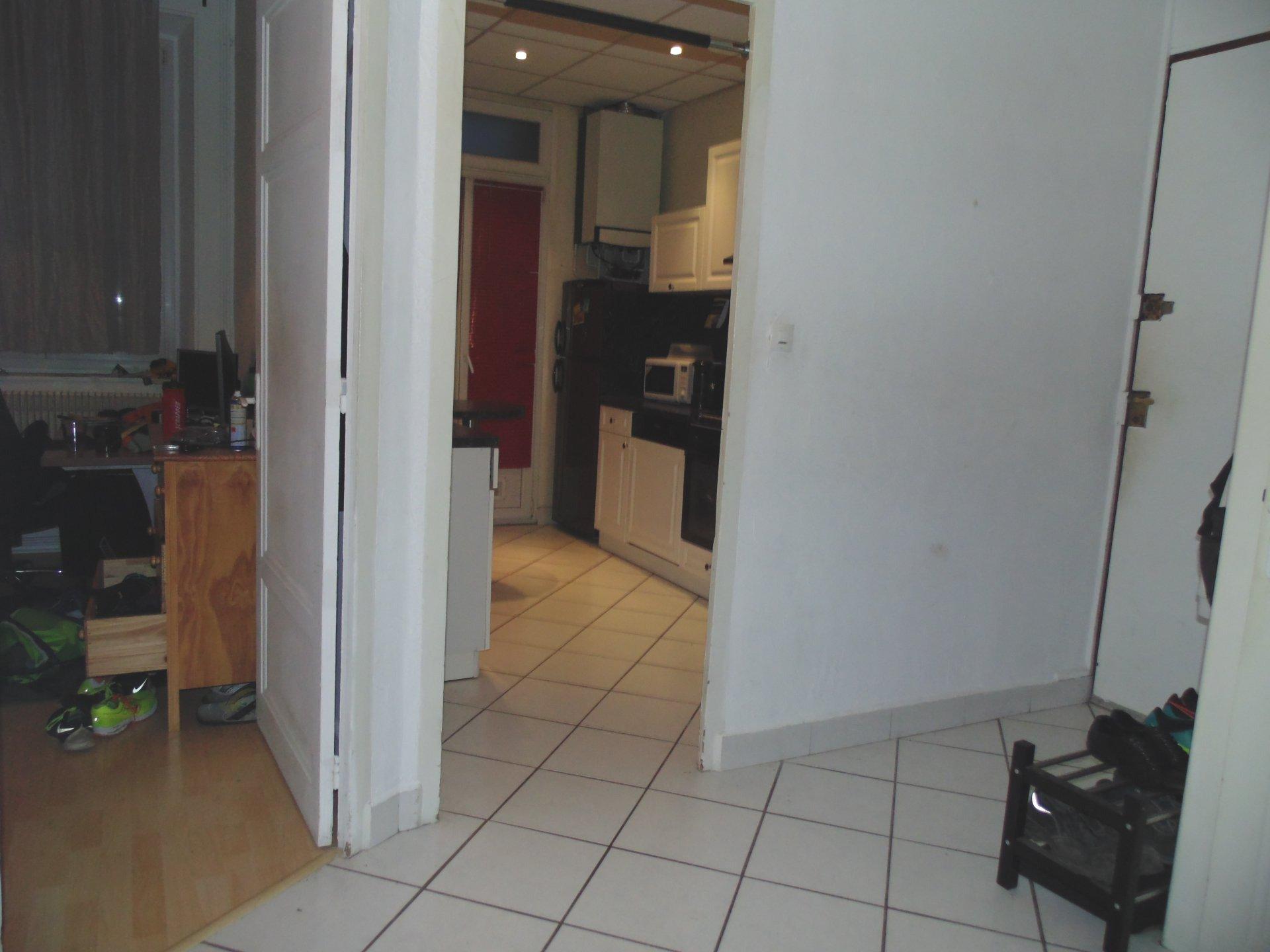 Couloir, carrelage, moquette