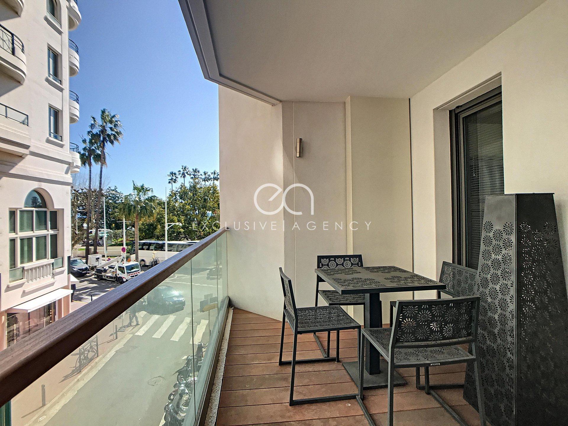 Cannes Croisette face au Palais des Festivals location congrès pour 2 à 4 personnes 3 pièces 70m² avec terrasse.