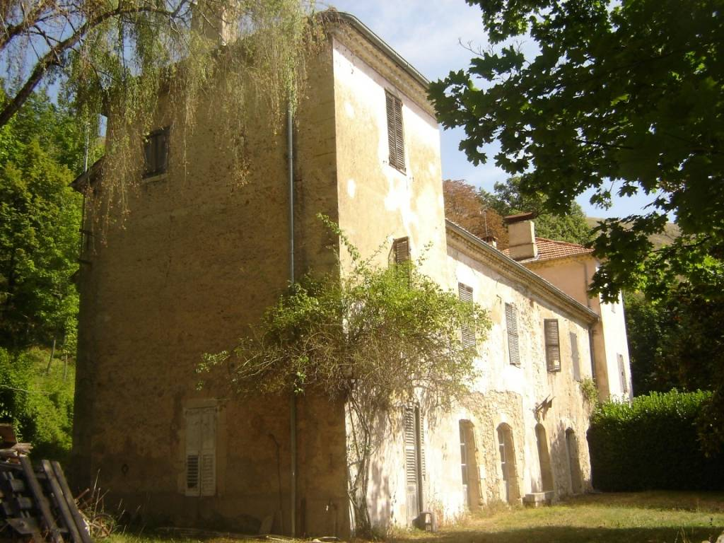 Castle and outbuildings on 120 hectares of land with sea view